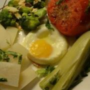 Gemüseteller mit Spiegelei