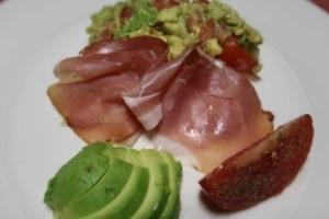 Knäckebrot mit Guacamole, Tomaten und Rohschinken