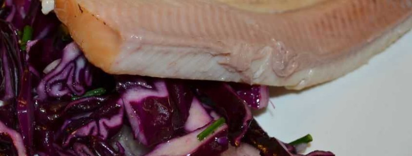 geräucherte Forelle auf Rotkrautsalat