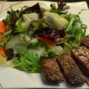 Blattsalat mit Artischocken Lamm und Kürbiskernen