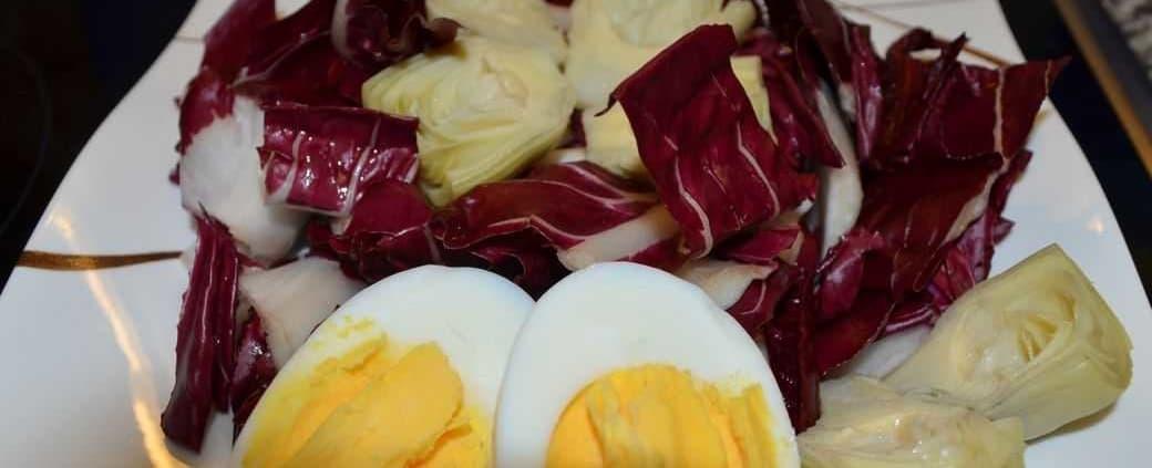Chicoree Rosso mit Artischocken und Ei