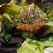 Salat mit Lachstartar und Radieschensprossen