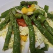 Chinakohl mit Spargeln Mango und Tomaten Salat