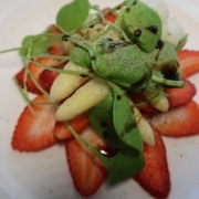 Erdbeercarpaccio mit Spargeln und Portulak