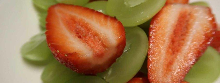 Fruchtsalat mit Erdbeeren und Trauben