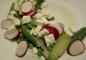 Spargel Erbsen Radieschen Salat mit Feta