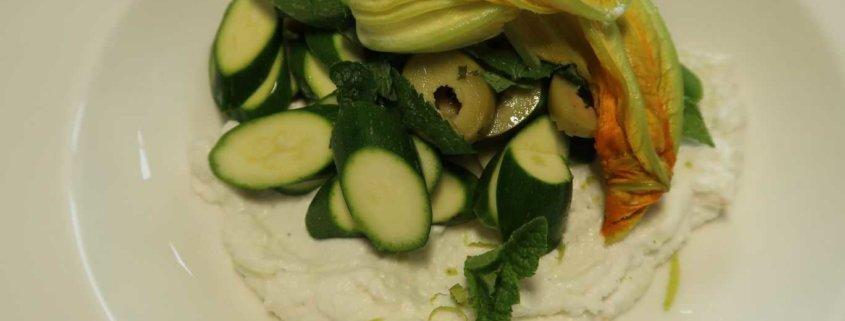 Zucchettisalat mit Ricotta, Minze und Oliven