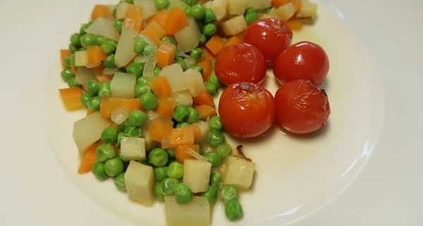 Gemüseeintopf mit geschmolzenen Tomaten