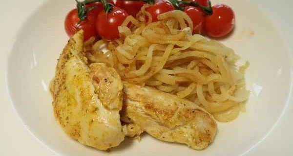 Kohlrabinudeln mit geschmolzenen Tomaten und Pouletfilets