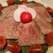 Lammcarpaccio mit Spinat und Cherrytomaten