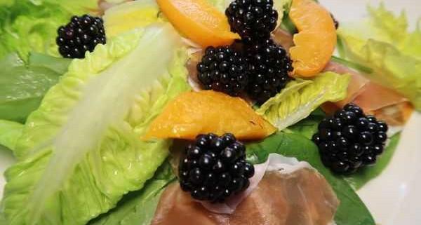 Salat mit Brombeeren San Daniele Schinken und Aprikosen