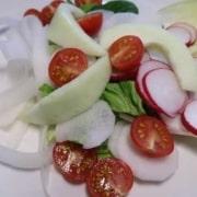 Salat mit Rettich Tomaten Gurkenmelone