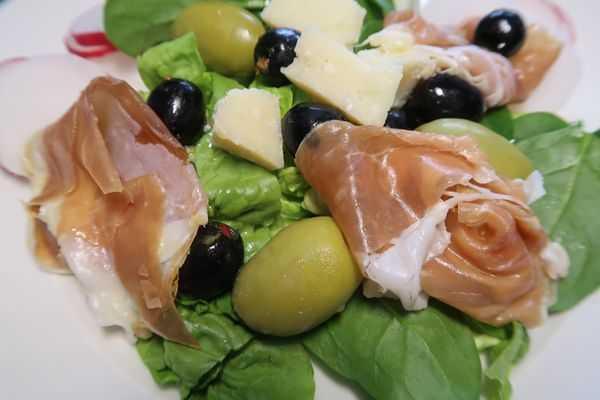 Salat mit San Daniele Schinken Oliven und Parmesan