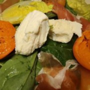 Salat mit gebratenen Aprikosen San Daniele Schinken und Mozzarella