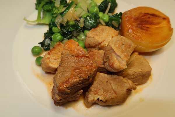 Schweinsragout mit grünem Gemüse