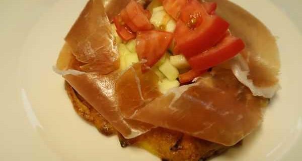 Tortilla belegt mit San Daniele Schinken Gurken und Tomaten