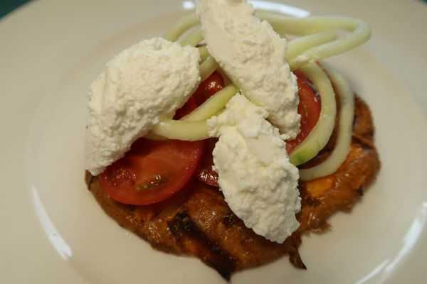 Tortilla belegt mit Tomaten Gurken und Ricottanocken