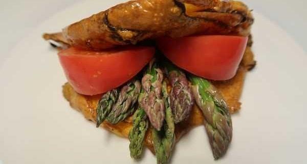 Tortilla gefüllt mit Spargeln und Tomaten