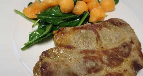Lauwarmer Spinat mit Melone und Schweinshalssteak