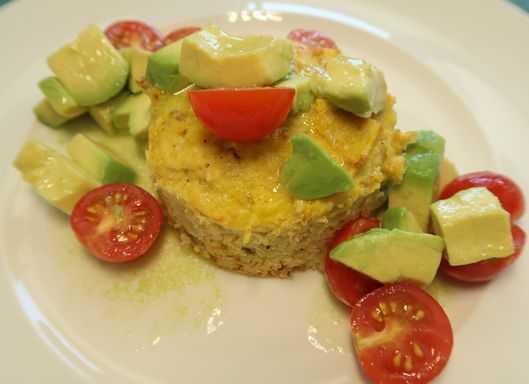 Sellerietörtchen mit Avocado Tomaten Salat