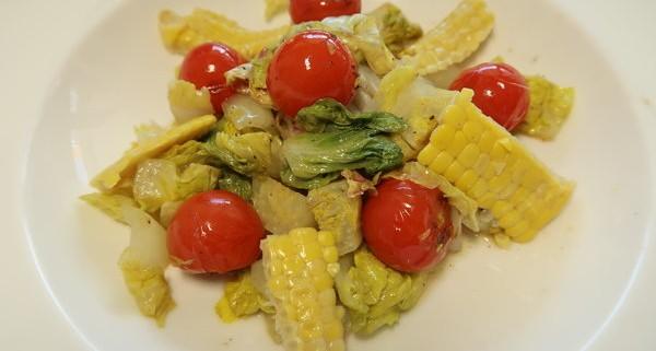 Lauwarmer Salta mit Lattich geschmolzenen Tomaten und Mais