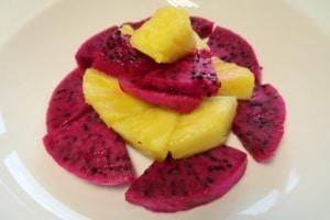 Fruchtsalat mit Pitahaia rot und Ananas