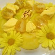 Gelbes Menue gelber Randensalat mit Tomaten und Safranbrie