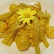 Gelbes Meune Safranrisotto mit gelben Tomaten und gelben Randen