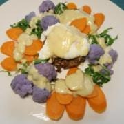 Pochiertes Ei auf Pumpernickelbett mit Senfsauce und Gemüse
