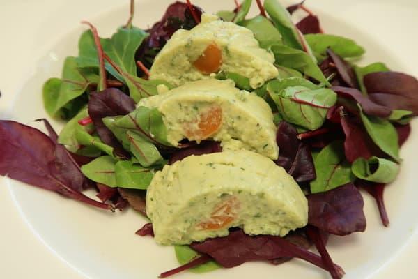 Zucchettiterrine auf Salatbett
