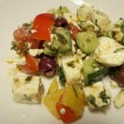 Griechischer Salat mit Gurken Tomaten und Oliven
