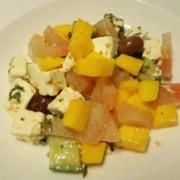 Griechischer Salat mit Mango Pomelo Gurken und Oliven