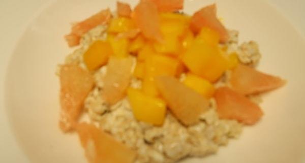 Haferbrei mit Mango und Pomelo