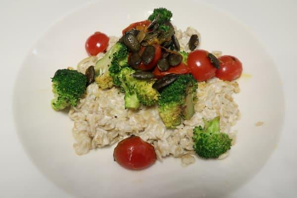 Haferbrei mit Tomaten Broccoli und Kürbiskernen
