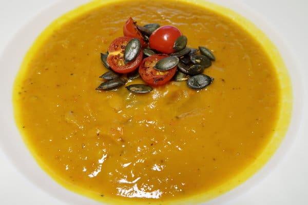 Kürbissuppe mit Tomaten und Kürbiskernen