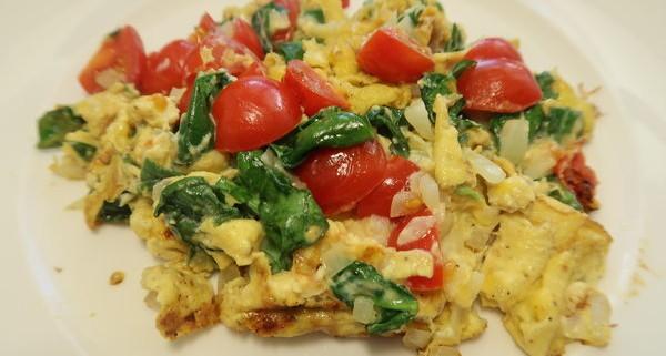 Rührei mit Spinat und Tomaten