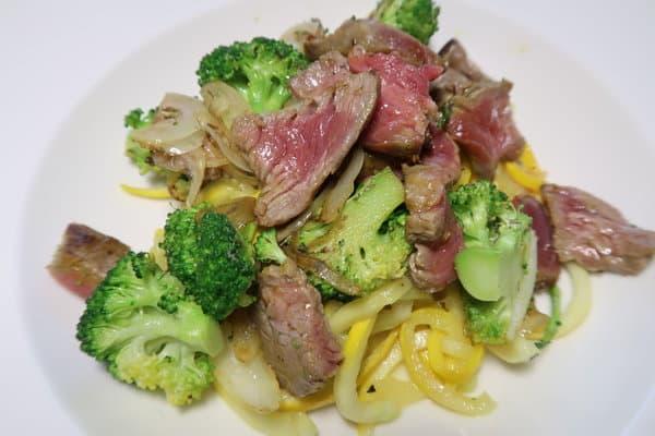 Zucchettispaghetti mit Rind und Broccoli