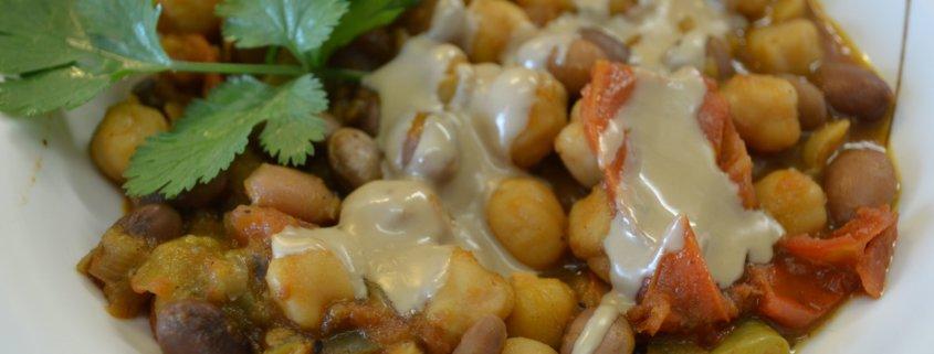 Bohnen und Kichererbsen mit Tahina Sauce