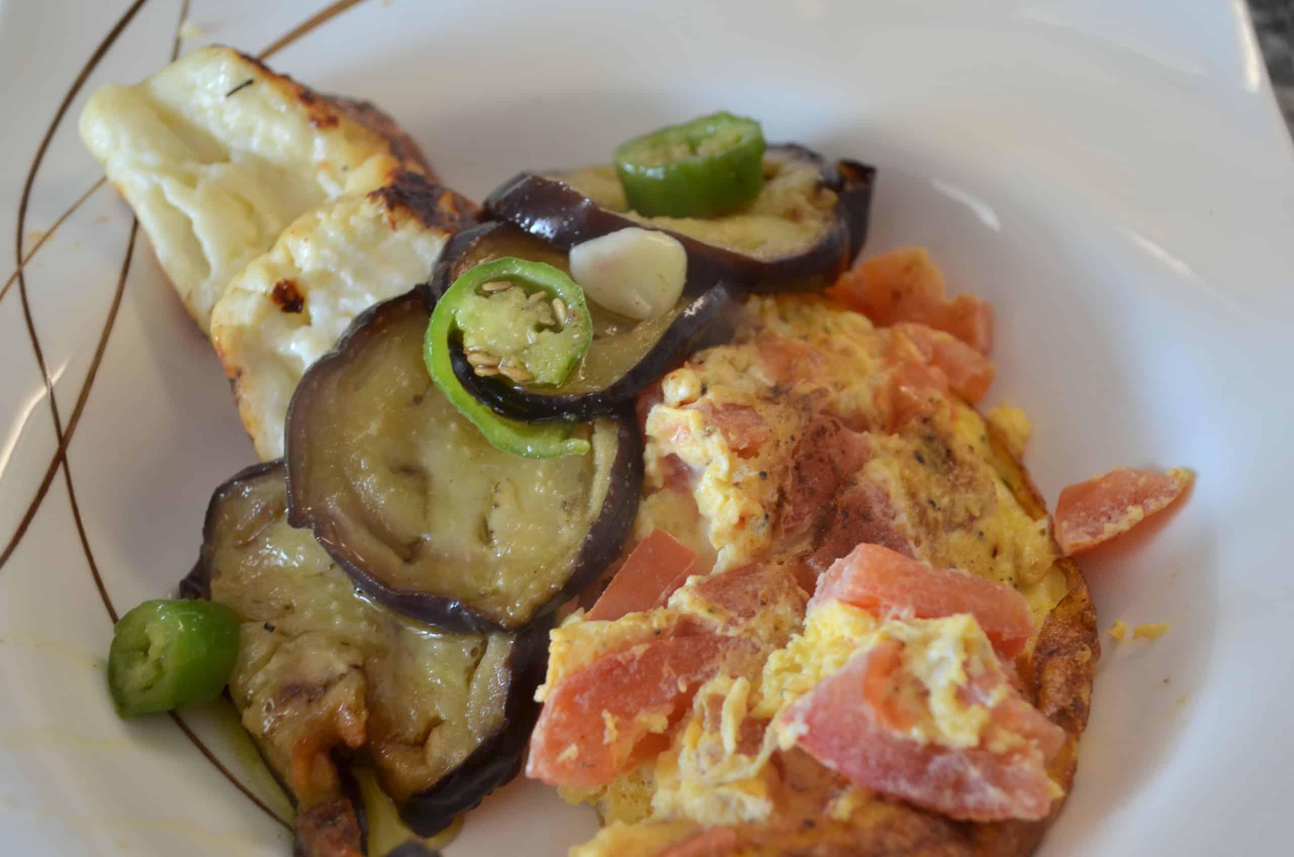 Tomaten Omelette, Haloumi Käse und eingelegte Auberginen
