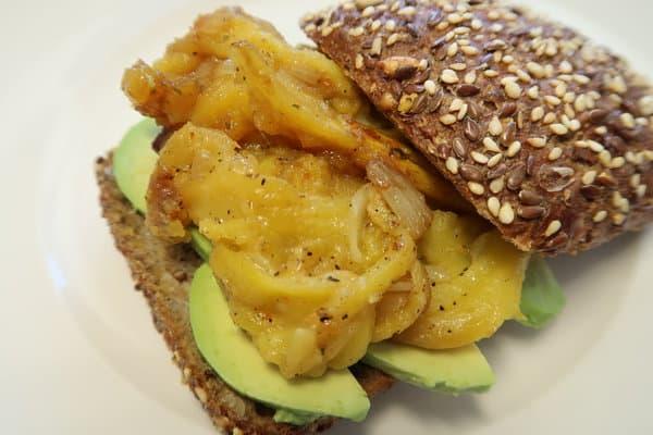 Jackfruit mit Avocado und Vitaminbrötchen