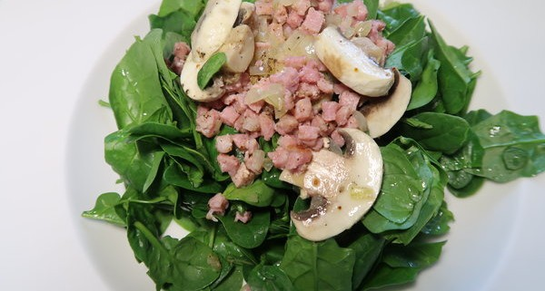 Spinatsalat mit Speck und Champignons