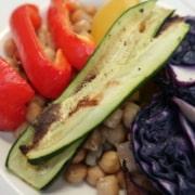Kichererbsen mit geröstetem Gemüse