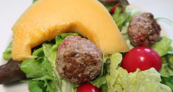 Salat mit Hackbällchen und Melone