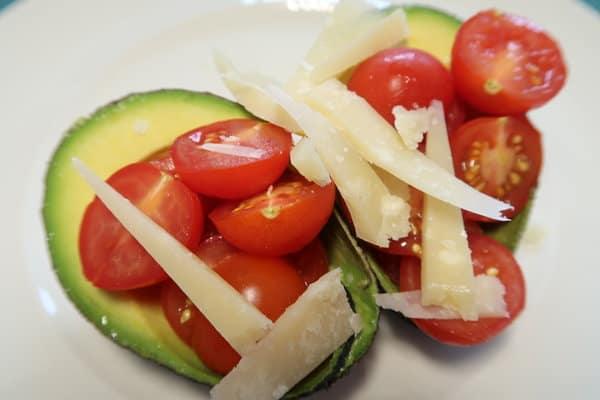 Tomaten Avocado Parmesan Salat