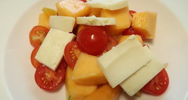 Tomaten Melonen Taleggio Salat
