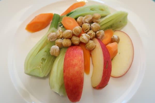 Fenchel Karotten Apfel Salat mit gerösteten Kichererbsen