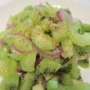 Pikanter Gruken Kiwi Salat mit roten Zwiebeln