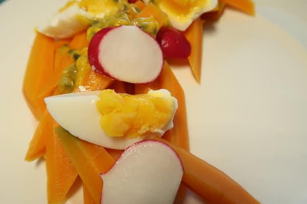 Karotten Pasionsfrucht Salat mit Ei