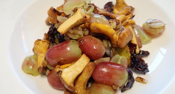 Kürbis-Blaukraut aus dem Ofen mit Eierschwämmli und Trauben