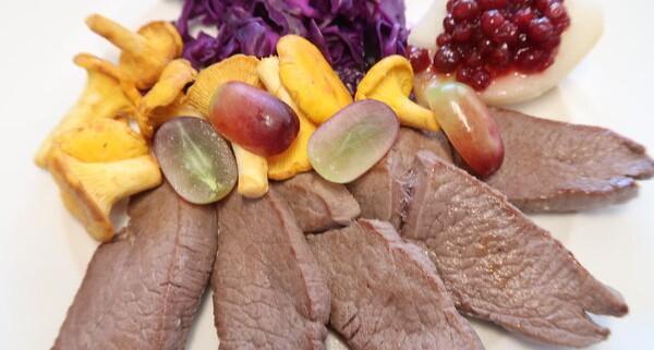 Rehschnitzel mit Rotkraut Eierwchwämmli und Trauben